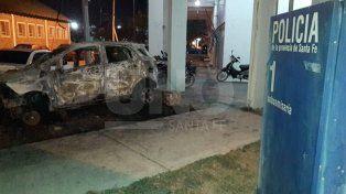 Sin límites: los quemacoches atacaron un auto estacionado frente a una comisaría