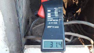 Medición. Antes de inhabilitar la conexión irregular se midió la demanda de energía que tenía ese cable. Foto: Twitter @GeeseVeronica