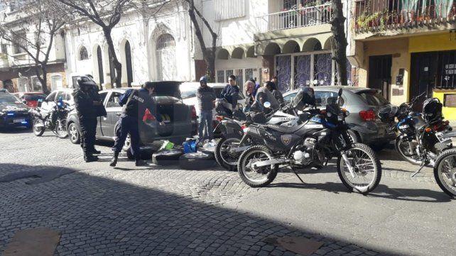 Ocurrente ladrón preso cuando robaba ruedas de autos estacionados