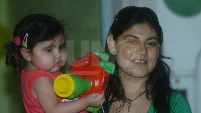 Imagen tomada cuando Julia regresó a Santa Fe en 2009 tras su primer trasplante de corazón realizado en Buenos Aires. Tenía 2 años.