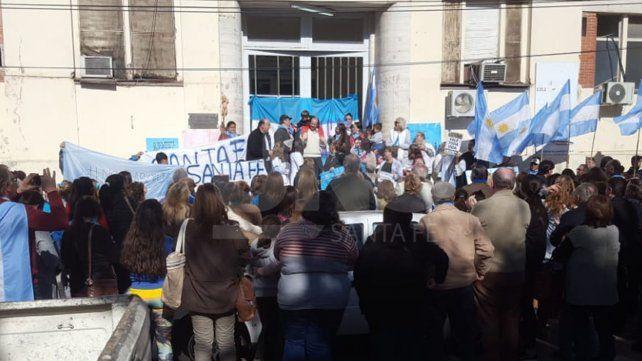 Manifestación provida en apoyo a profesionales de la salud frente al hospital Iturraspe