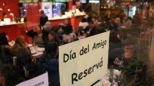 Día del Amigo: en bares y restauranes ya abundan las promociones y las reservas