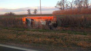 Violento choque frontal de camiones con un chofer muerto y otro herido