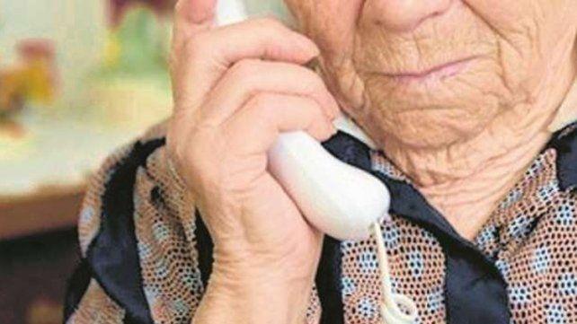 Secuestro virtual: engañaron a una abuela en el macrocentro y entregó dólares, pesos y alhajas