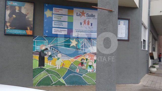 Vandalismo: pintaron pañuelos verdes en un mural del Colegio La Salle