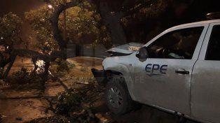 Una camioneta de la EPE impactó contra un árbol
