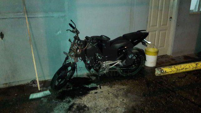 Quemaron una moto frente a la comisaría de barrio Centenario