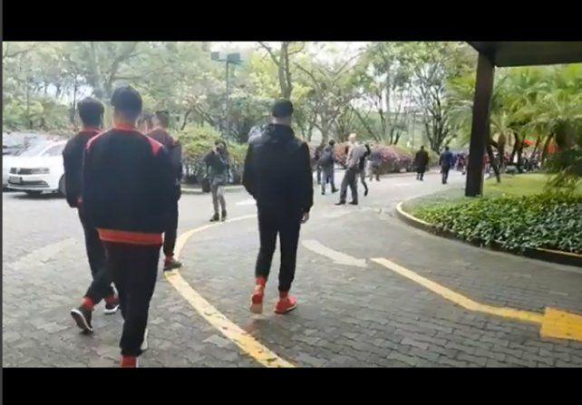 VIDEOS: los jugadores de Colón saludaron a los hinchas en la puerta del hotel