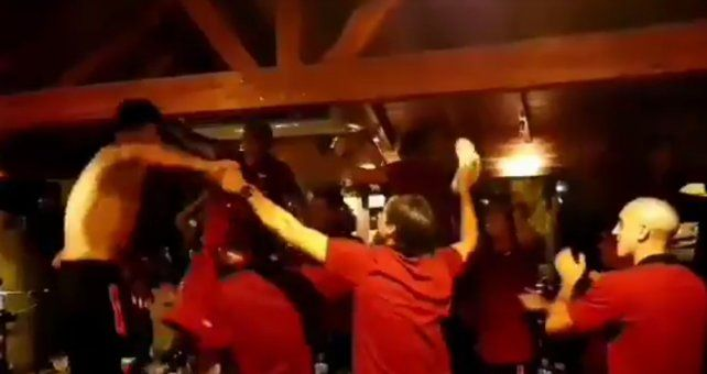 El festejo enfervorizado de los jugadores en un comedor de Brasil