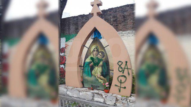 Aparecieron pintadas en una escuela y en la imagen de una virgen