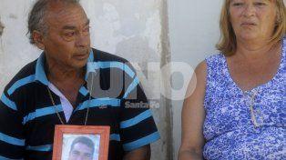 Piden Justicia. Con una foto en mano de su hijo, los padres de Lucas Ayala, exigen condena.