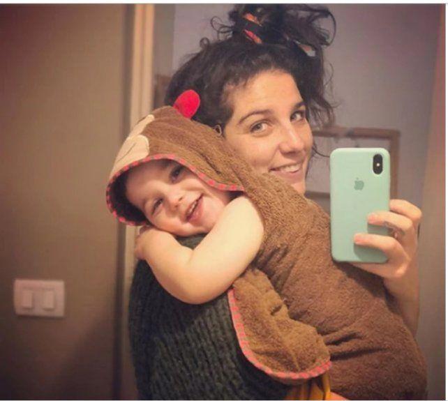 Juana Repetto generó revuelo con una foto amamantando a su hijo mientras hace sus necesidades