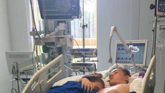 La historia de la desgarradora foto de los novios adolescentes abrazados