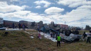 Milagro: chofer ileso al volcar el camión cargado con bolsas de harina