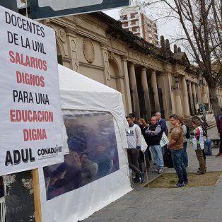 Protesta. Los docentes levantaron una carpa blanca en San Jerónimo y Bulevar, frente al Rectorado de la UNL.