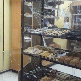 Vandalizaron y robaron una panadería en pleno Bulevar