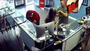 Golpeó al sujeto que le miraba la cola a su novia: la reacción de ella es furor