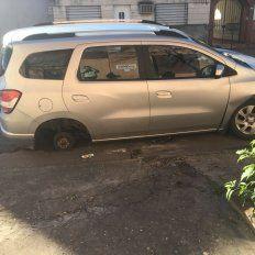 Fue a buscar su auto estacionado sobre calle Saavedra  y le faltaba una rueda
