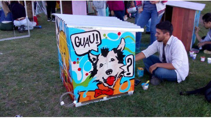 Artistas santafesinos intervinieron cuchas para perros de la calle
