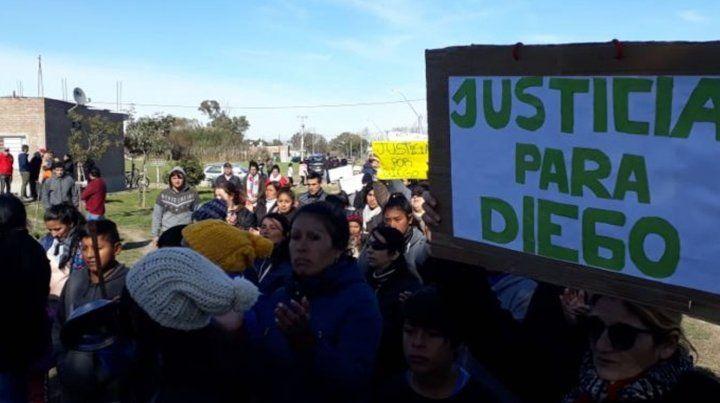 Familiares pidiendo justicia tras el crimen de Digo Román