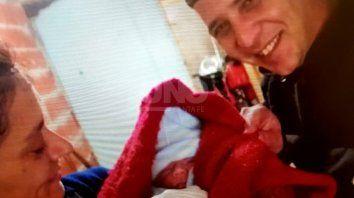 Felicidad. Dos de los oficiales que estuvieron en el parto, junto al recién nacido Natael.