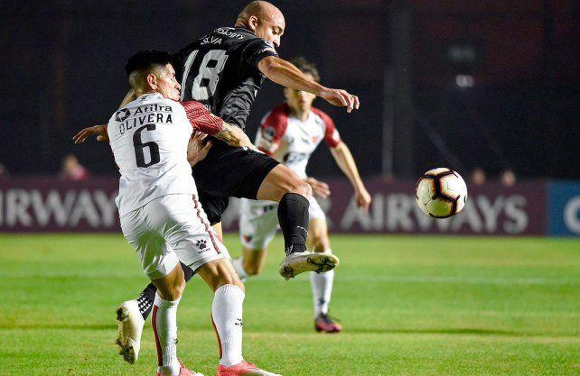 Colón fue un calco del semestre pasado y perdió con Argentinos por la Sudamericana