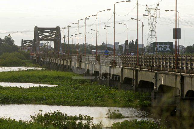 Carretero. El puente, soportando una de las tantas crecidas del Salado.