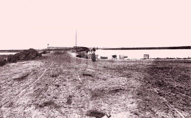 Puente Ramón García (1907). Primer puente de madera y tierra entre Santo Tomé y Santa Fe.