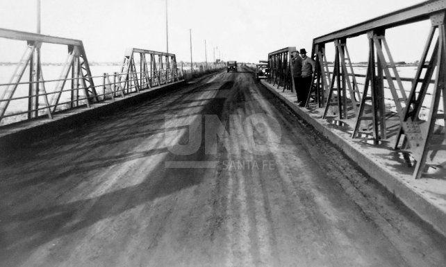 <div>Puente de hierro y camino (ca. 1930) Entre Santo Tomé y Santa Fe.</div>