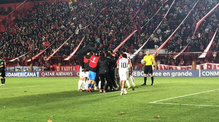 Burián fue el héroe y Colón se metió en cuartos de final de la Sudamericana