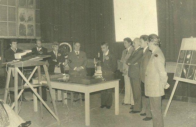 <div>Angel Meynet presenta al Dr. Luis Ambrosio Milone del Observatorio Astronómico Nacional de Córdoba. De izquierda a derecha: Jorge Coghlan, Osvaldo Sauco, Bernardo Rodrigo, Angel Meynet, Dr. Luis A. Milone, Olayo Meyer y Carlos Meabe. Agosto de 1975</div>