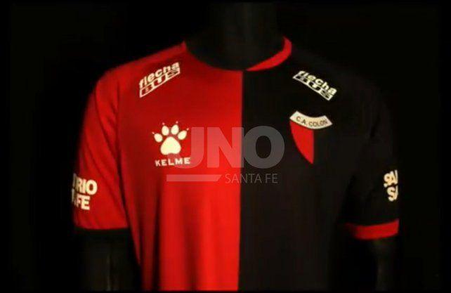 Kelme sacudió las redes al presentar la nueva camiseta titular de Colón