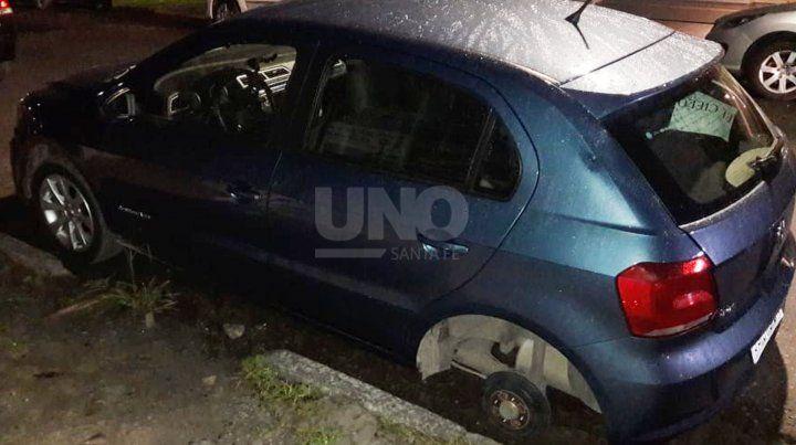 El auto que sufrió el robo de sus ruedas.