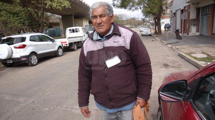 Miguel Ángel Cáceres trabaja sobre calle Laprida