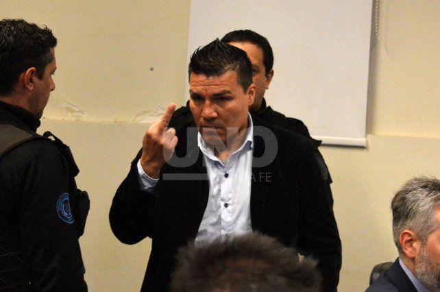 El acusado hizo gestos amenazantes a la prensa al comienzo del juicio.