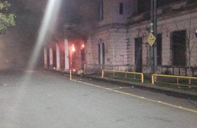 Imágenes del trabajo de los bomberos luego del incendio.