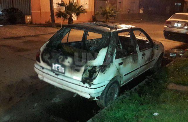 El auto incendiado de manera intencional.