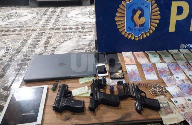 En el lugar se secuestraron armas, dinero en efectivo y elementos de comunicación.
