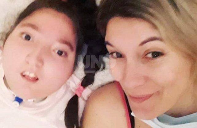 Laura Acosta junto a su hija Narella de 12 años.