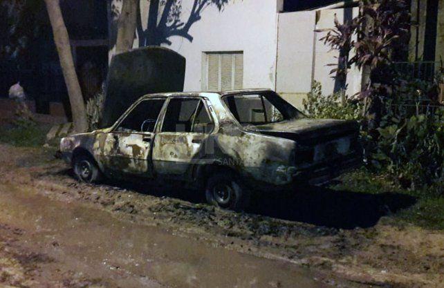 El auto incendiado en barrio Los Hornos.