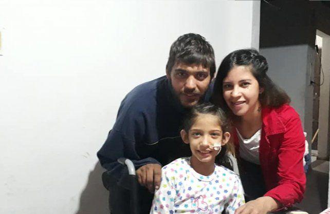 Yasmin junto a sus padres