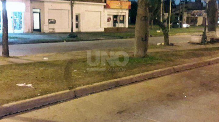 Un auto cruzó el cantero de la avenida e impactó en el frente de un comercio.