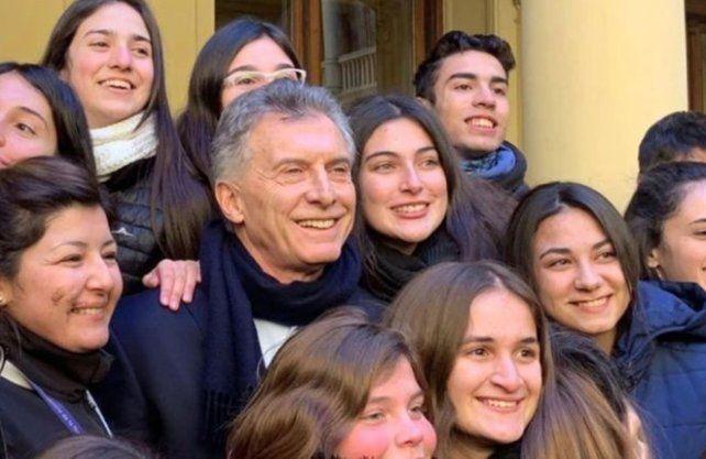 Macri con las estudiantes del colegio de San Lorenzo.
