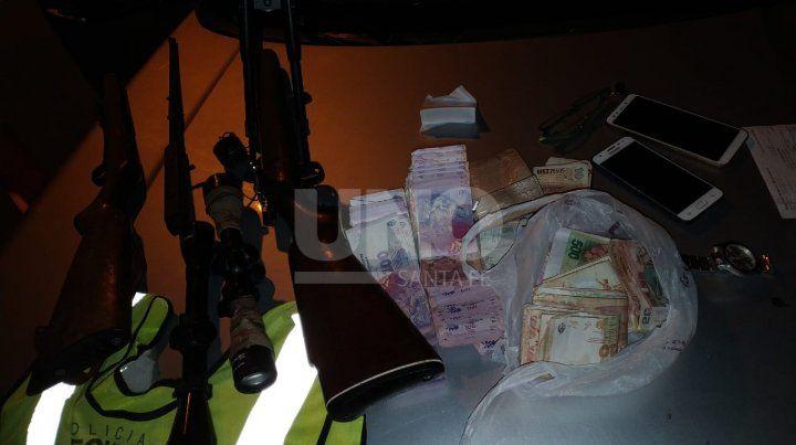 Las armas y el dinero secuestrado.