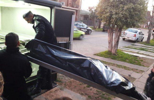 La policía retirando los cuerpos de la vivienda en barrio Guadalupe Oeste.