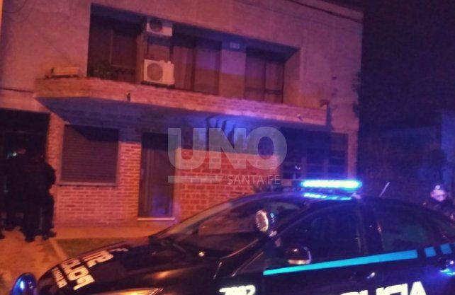 Los policías trabajaron en la escena del triple crimen.