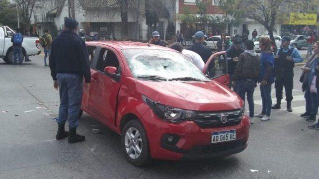 Pasó con su auto por un piquete, atropelló personas, quiso escapar y casi la linchan