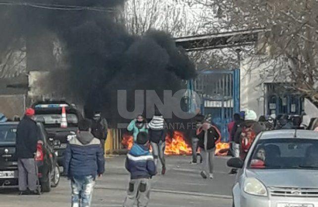 Los familiares quemaron cubiertas frente al penal de Las Flores.