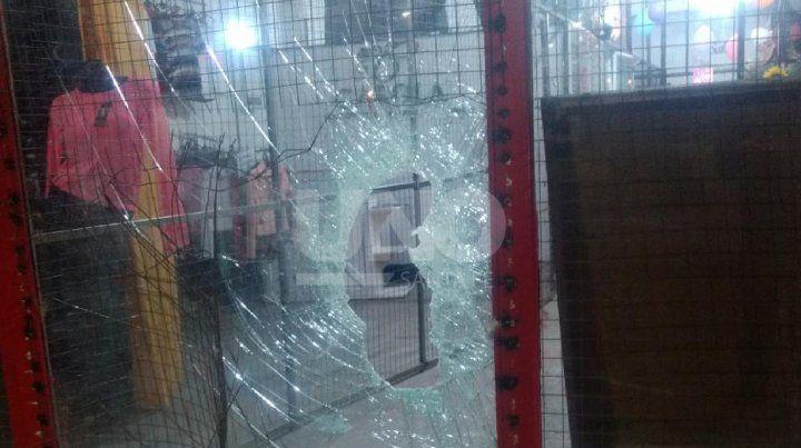 Los jóvenes fueron atrapados luego de romper el vidrio de la puerta de ingreso al local.