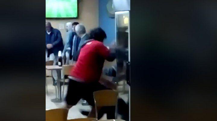 El video de hinchas de Colón a las piñas en una estación de servicio
